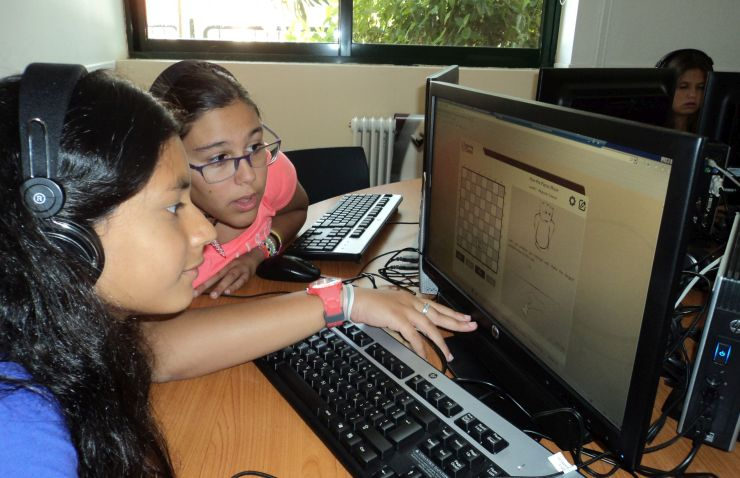 Two girls learn with learningChess.net